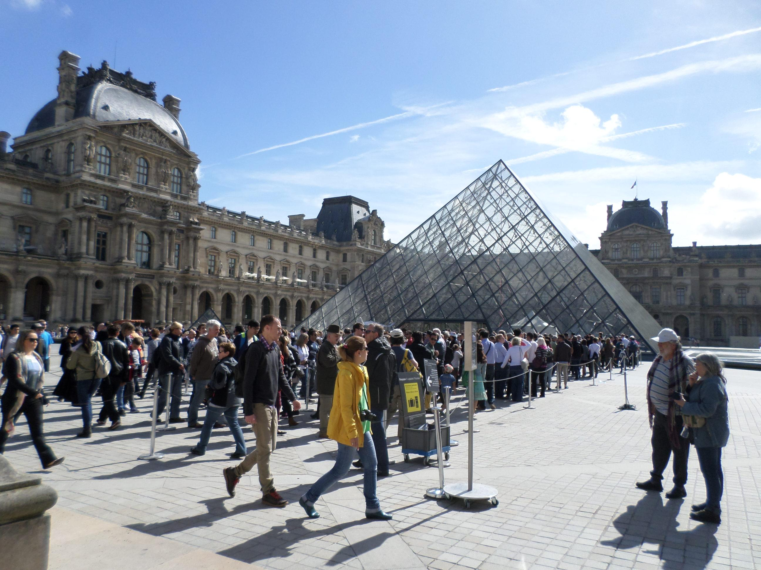 The crowd waiting to get into the Louvre in front of the pyramid.